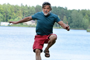 älterer Mann springt