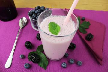 Joghurtdrink mit Waldbeeren - Brombeeren und Blaubeeren