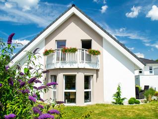 Flachbau- Bungalow mit Garten