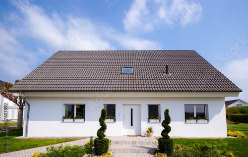 flachbau bungalow mit garten stockfotos und lizenzfreie bilder auf bild 87603892. Black Bedroom Furniture Sets. Home Design Ideas