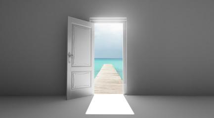 Porta aperta con pontile mare