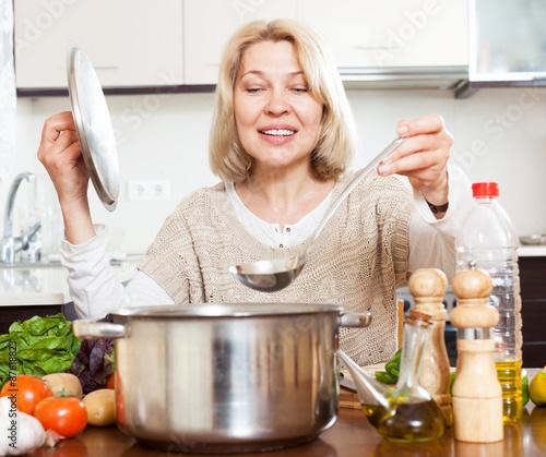 Mature housewife Sarah Bricks cooking something hot in kitchen № 259230 без смс