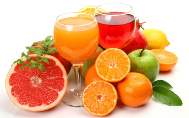 Orange juice and grapefruit juice. Two glass glasses of juice stand, oranges apples and gruypfruta lie nearby. Fruit and juice on a white background.