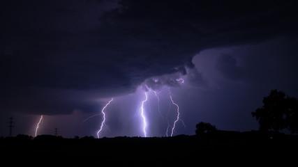 Gewitter über Feld mit Unwetter Blitzeinschlag