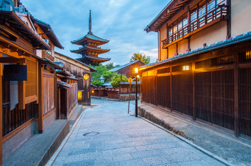 Foto op Aluminium Kyoto Japanese pagoda and old house in Kyoto at twilight