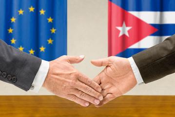 Vertreter der EU und Kubas reichen sich die Hand