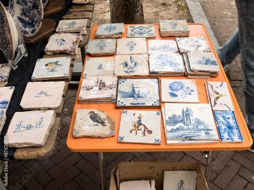Alte delfter fliesen auf einem flohmarkt stockfotos und lizenzfreie bilder auf - Alte fliesen finden ...