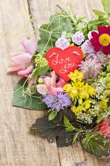 """Blumenstrauss mit Schild """"Love you"""""""