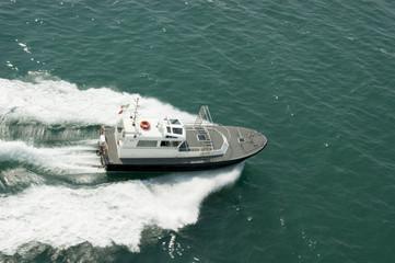 Barco patrulla en el mar Mediterráneo, junto a las costas de Venecia