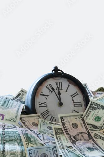 zeit ist geld u s dollar und einer uhr die fuenf minuten vor zwoelf uhr anzeigt fotos de. Black Bedroom Furniture Sets. Home Design Ideas