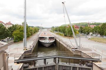 Fracht-Schiff passiert Schleuse in Donau-Kanal in Regensburg