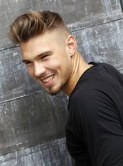 Attraktiver Junger Mann mit Undercut-Frisur lacht