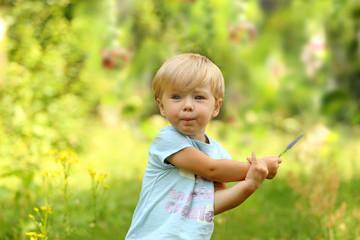 Mala Dziewczynka Z Polnym Kwiatkiem
