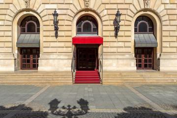 Eingang mit rotem Teppich Gebäude © Matthias Buehner
