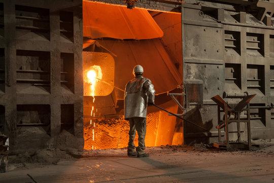 Im Stahlwerk wird eine Probe am Konverter genommen
