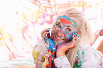 Gesicht voller Farbe