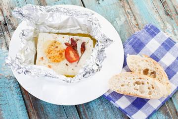 Nahaufnahme von gebackenen Feta-Käse mit Brotscheiben auf Servi
