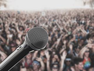 Microfono sfondo concerto folla