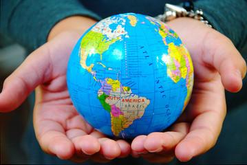 Die ganze Welt in den Händen halten