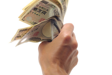 紙幣を握る男性の手