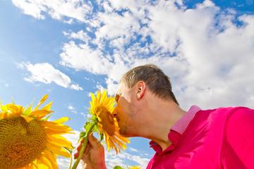 Wall Mural - An der Sonnenblume riechen