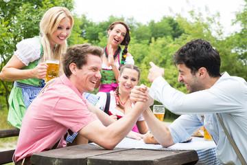 Gruppe im Biergarten hat Spaß