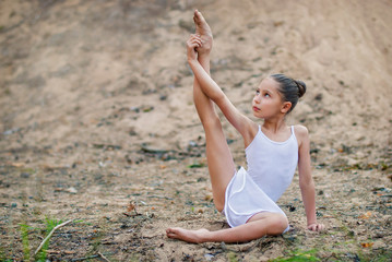 Девочка тренируется на песке