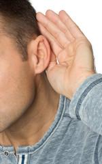 Mann hört schlecht - Tinnitus