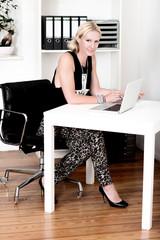 Frau am Schreibtisch bei der Arbeit im Büro