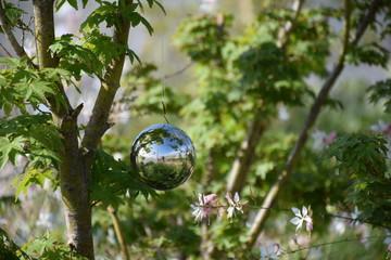 Silberne Weihnachtskugel in Stauch hängend