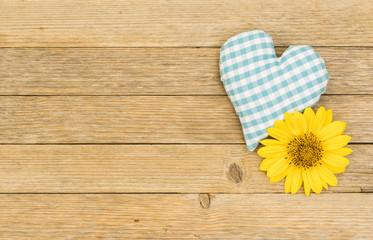 Herz Blau mit Blüte auf Holz im Landhausstil
