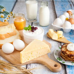 Fototapeten Milchprodukt Dairy products, pancakes, honey and fresh eggs