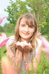 白い椿の花を持つ女性