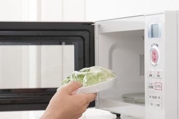 電子レンジで料理を温める