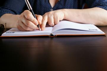 Professoressa che scrive sulla sua agenda