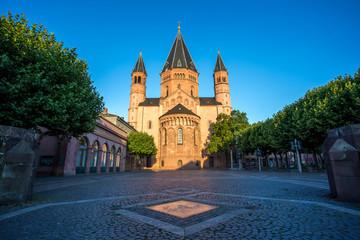 Von der Morgensonnen angestrahlter Mainzer Dom an einem Sommermorgen