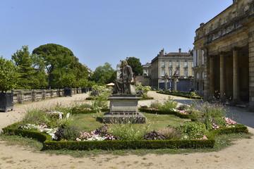 L'un des parterres de fleurs avec statue au milieu au Jardin Botanique de Bordeaux