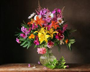 Букет из садовых цветов в кувшине