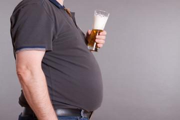 Mann mit Bierbauch und Bierglas