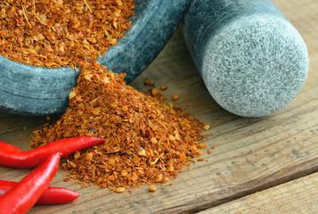 Chilipulver - Chilischoten mit Mörser au Holz