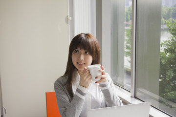 オフィスで休憩をする若い女性