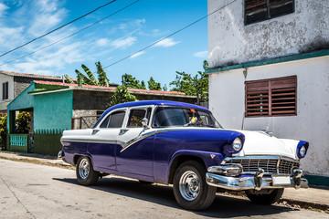 Fotobehang Cubaanse oldtimers HDR Kuba Ansicht eines parkenden blauen amerikanischen Oldtimers