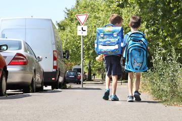 zwei Kinder auf dem Weg zur Schule