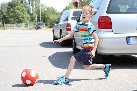 Kind läuft plötzlich auf die Straße