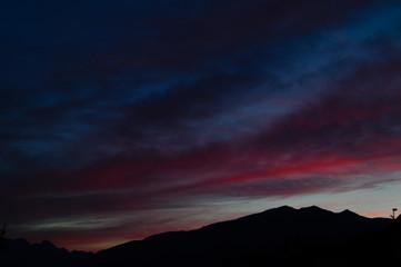 Cielo rosso fuoco, tramonto montagna, tramonto montano