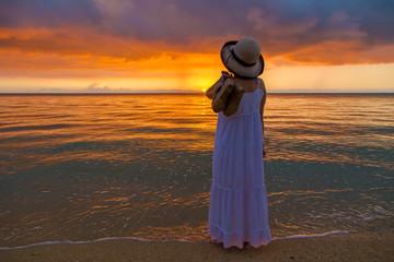 沖縄の夕焼けを見つめる女性