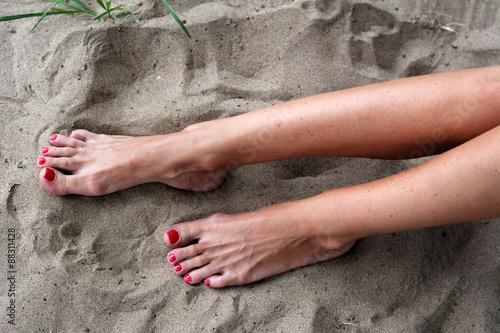 Педикюр на загорелых ногах фото