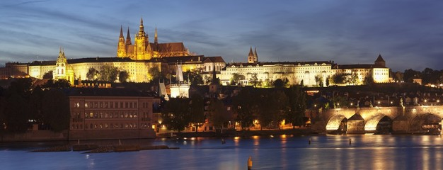 View over the River Vltava to Charles Bridge and the Castle District with St. Vitus Cathedral and Royal Palace, UNESCO World Heritage Site, Prague, Bohemia, Czech Republic, Europe