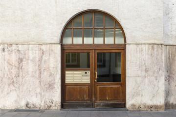 Hausfassade mit Holztür