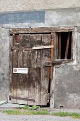 Alte Antike Zerfallene Türe mit Fenster